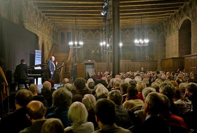 Das-Publikum-im-voll-besetzten-Alten-Rathaus-ist-begeistert_w760